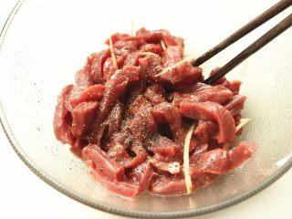 黑椒牛柳,再加入现磨的黑胡椒碎。