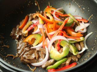黑椒牛柳,中途剩余2分钟的时候,打开盖子,机器会自动停止,加入蔬菜丝。