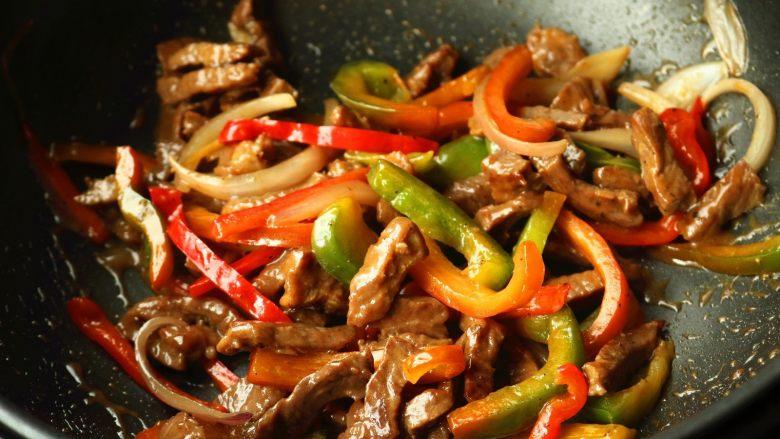 黑椒牛柳,再撒一些黑胡椒碎,拌匀,黑椒牛柳就做好了。