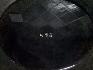 菠菜拌粉条,锅里倒入清水烧开;