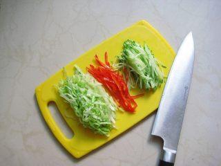 牛油果紫菜包饭:适合夏季的高营养清爽主食,4.彩椒、黄瓜、西生菜洗净切丝。