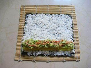 牛油果紫菜包饭:适合夏季的高营养清爽主食,11.在一端码上寿司萝卜和牛油果酱拌好的蔬菜。