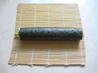 牛油果紫菜包饭:适合夏季的高营养清爽主食,13.打开寿司帘,取出卷好的紫菜包饭。