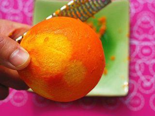 鲜橙磅蛋糕,用工具将橙皮小心的刮下来,一定要小心啊,千万不要将里面的白色物质一并给刮下来了,会发苦的,准备好6g橙皮和15g橙汁
