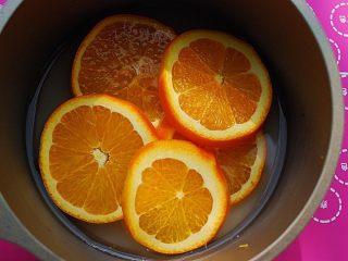 鲜橙磅蛋糕,放入五片橙片,小火熬煮,7-8分钟后关火,至汁液粘稠,果肉软糯入味,一旁冷却备用