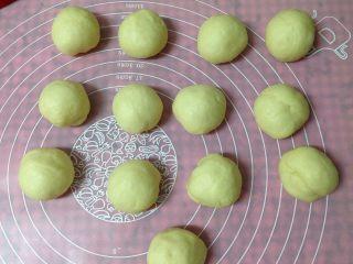 奶酥包,发酵好的面团取出排气揉匀,平均分成13份(大约每个35克左右)滚圆后松弛5分钟