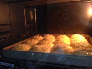 奶酥包,入预热好的烤箱、中层、180度、20分钟