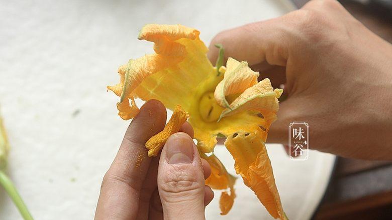 南瓜花炒鸡蛋,把花朵中间的花蕊摘取;