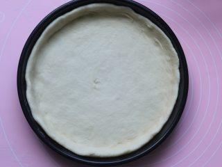 雞肉蔬菜披薩,將搟好的面皮平鋪在烤盤上,四周稍微高一點