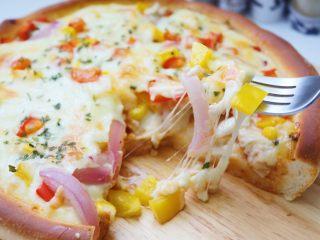 雞肉蔬菜披薩,出爐后即可切塊開吃了,披薩要趁熱吃才好吃