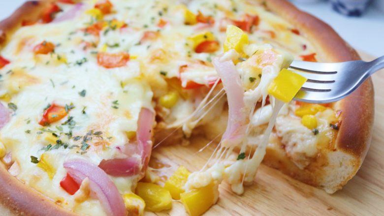 鸡肉蔬菜披萨,出炉后即可切块开吃了,披萨要趁热吃才好吃
