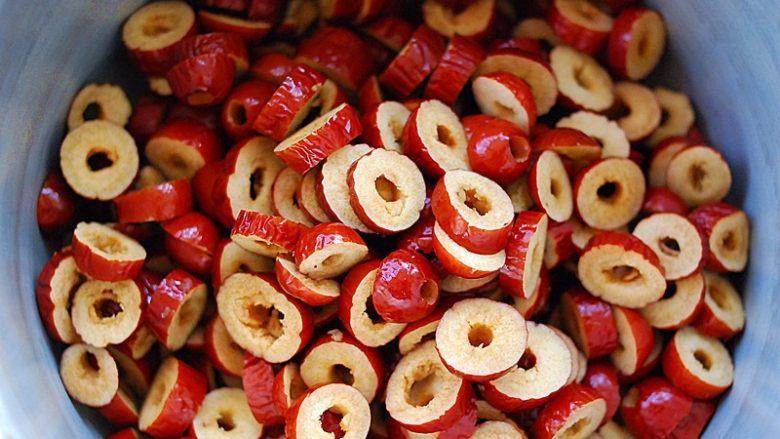 蜂蜜红枣蜜-美容养颜圣品,倒入锅中