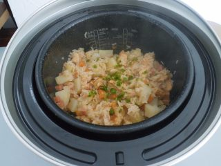 电饭煲食谱合集,然后盖上锅盖 选择煮饭功能。等煮好了在撒一把葱进去就可以开吃了