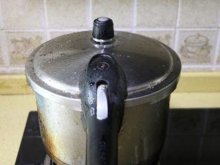 红豆沙,盖好锅盖,大火煮开,高压锅上汽后,继续煮10分钟关火,焖至高压锅汽全部放完