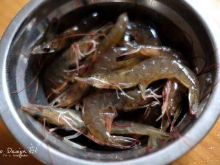 芦笋炒虾仁,明虾冰箱冷冻约半小时, 这样比较容易剥虾仁。