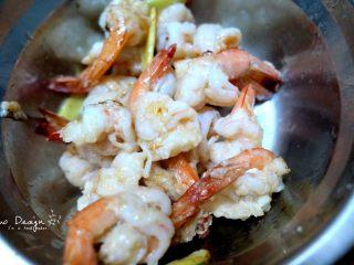 芦笋炒虾仁,盛出待用。 油还是留在锅里。