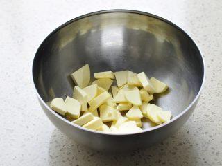 燕麦马芬,无盐黄油切成小块,室温下软化。