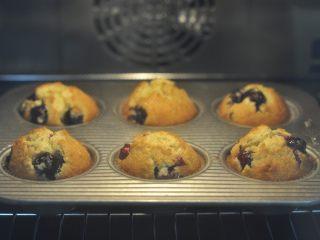 燕麦马芬,烤箱预热180度,以烤架盛托,中层烘烤20-25分钟。出炉待冷后即可脱模。