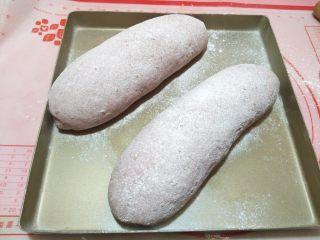 紫薯亚麻籽软欧,撒上面粉