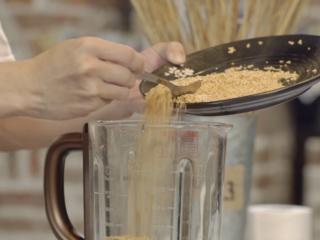 一个简单的方法,在家就可以做芝麻酱拌面