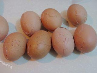 龙猫茶叶蛋,待表皮冷却后,用双手各拿起一个鸡蛋,相互敲击,使鸡蛋的外壳形成裂纹。(也可以彻底去皮)