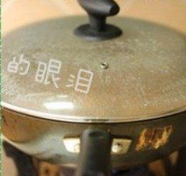 凉拌烤麸,大火烧开后,盖上锅盖转中小火焖30分钟左右。直至烤麸将汤汁都吸收