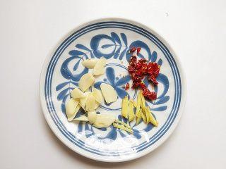 芦笋炒虾仁,将姜、蒜、红干椒切洗好