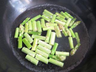 芦笋炒虾仁,锅内烧开水,将芦笋焯烫一下捞出