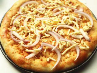 黑椒牛柳披萨,撒一些奶酪。