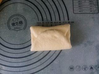 日式甜面包-中种法,上、下向中间对折