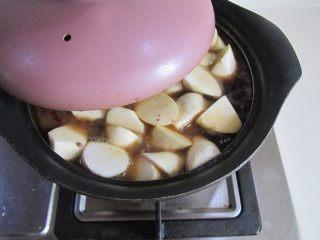 茭白烧鸭腿,加盖再炖煮5分钟;