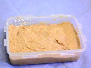 午餐肉,用筷子沿一个方向画圈搅拌上劲。约搅拌个4分钟左右。模具可以涂少许油防粘(我用的乐扣乐扣的盒子)将肉泥倒入模具,用勺背压实,把表面抹平整。