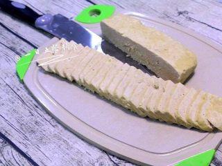 午餐肉,冷却后再从模具取出,切片。