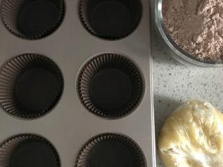 超好吃的香蕉可可麦芬,香蕉预留半根备用,其他压成香蕉泥。托纸放入模具内。