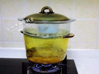 南瓜紫薯布丁,锅中水烧开,中火蒸20分钟。 🌻小贴士:不知道有没有好,可以用一根牙签戳下,牙签不倒而且牙签出来没有附带什么就可以啦。