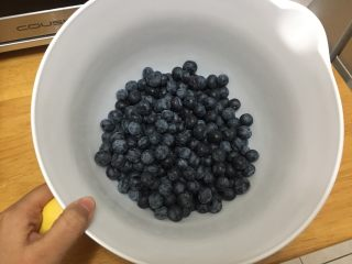 大果粒蓝莓酱, 蓝莓放入盆中,把憋的,坏的果子挑选出去