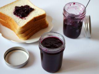 大果粒蓝莓酱,涂抹面包或者做蛋糕都是特别不错的