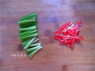 翡翠银芽炒牛肉,韭菜梗洗净切段,辣椒切丝