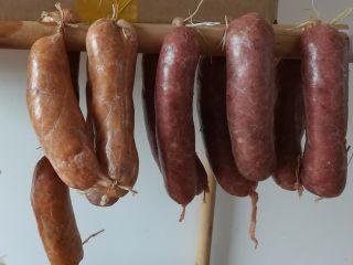 自制脆皮肠,把猪肉肠挂起来吹4小时以上,过夜更好,这步是让猪肉肠做成脆皮肠的关键