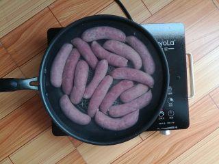 自制脆皮肠, 把吹好的脆皮肠放入冷水锅里,中小火慢慢煮,不要煮沸
