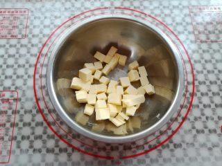 纯真凤梨酥,黄油放入盆子里切小块软化