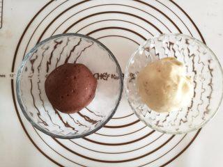 可爱的小蜗牛,揉好的面团分别放在碗里,盖上保鲜膜,放在温暖处发酵