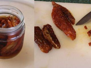 迷迭香佛卡夏,将干蕃茄泡在白酒里隔夜。要做面包时,再取出切小丁。