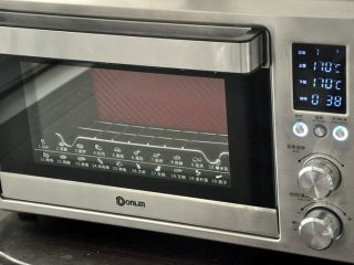 香肠吐司披萨,放入预热好的烤箱,上下火175度,时间38分钟左右。(时间与温度请参照自家烤箱脾气),如表面上色较深,可在20分钟后加盖一张锡纸。