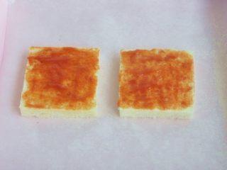 香肠吐司披萨,刷上一层薄薄的番茄酱。
