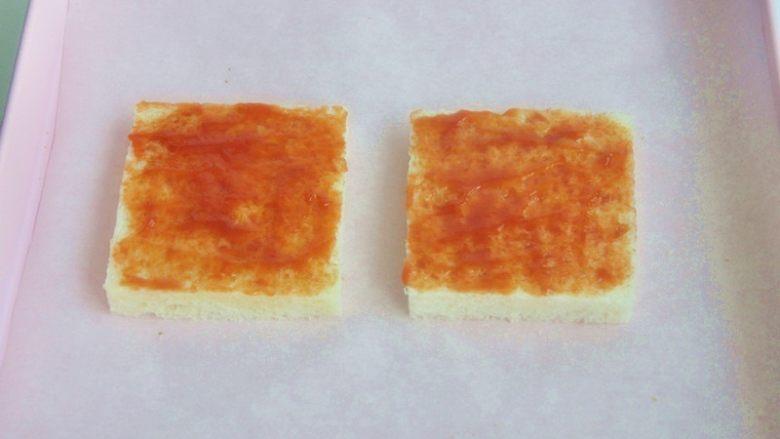 香肠吐司披萨,刷上一层薄薄的<a style='color:red;display:inline-block;' href='/shicai/ 699'>番茄酱</a>。