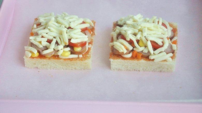 香肠吐司披萨,再铺上一层厚厚的马苏里拉奶酪。
