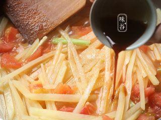 酸爽下饭的茄汁土豆丝,倒入酱油翻炒均匀,炒至土豆稍微变软即可;