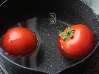 酸爽下饭的茄汁土豆丝,把番茄放入锅内煮至表皮稍微脱落后捞起放凉后剥去表皮;