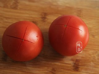 酸爽下饭的茄汁土豆丝,先把番茄底部划十字;